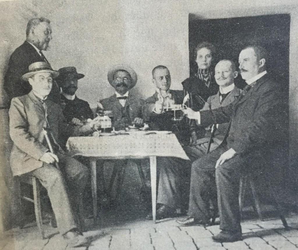 Männer beim Frühschoppen in Ulm